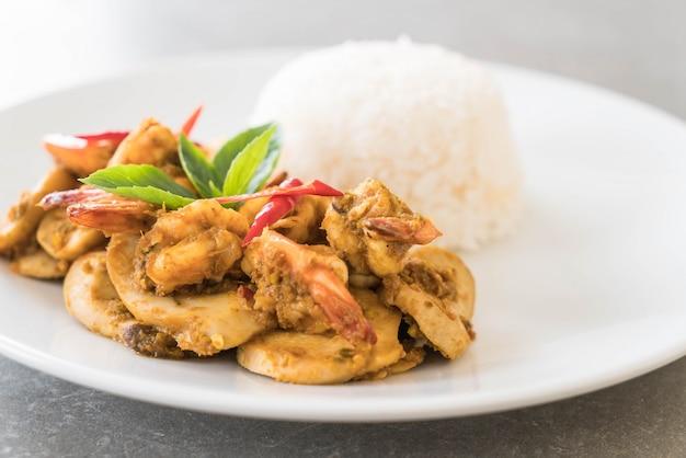 Gebratene garnelen und grünes curry rühren