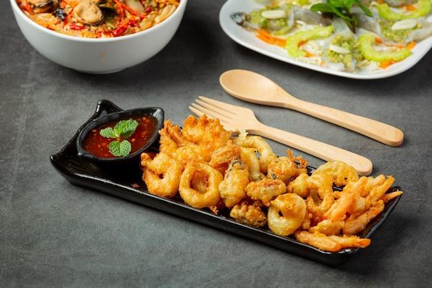 Gebratene garnelen und tintenfisch mit scharfer sauce