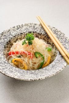 Gebratene glasnudeln und gemüse (japchae) - korea food