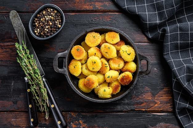 Gebratene gnocchi-kartoffelnudeln in einer pfanne
