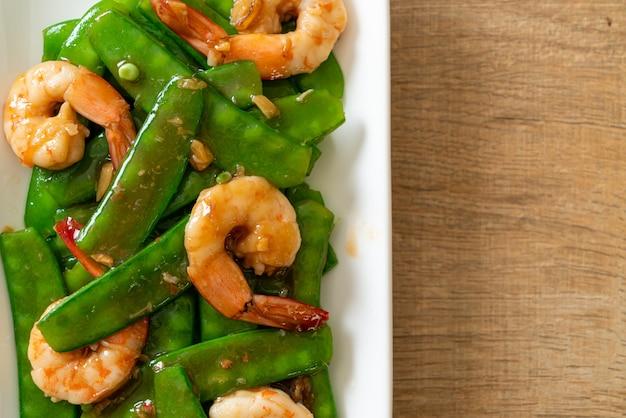 Gebratene grüne erbsen mit garnelen - hausgemachte küche food