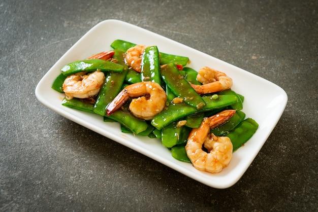 Gebratene grüne erbsen mit garnelen - hausgemachte küche