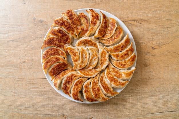 Gebratene gyoza oder knödel snack mit sojasauce