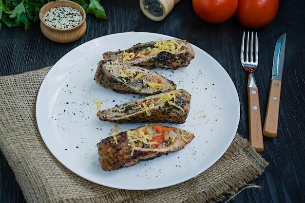 Gebratene hähnchenbrust gefüllt mit champignons, frühlingszwiebeln, paprika und schafskäse