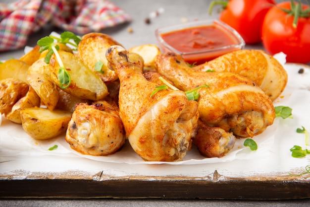 Gebratene hähnchenschenkel mit ofenkartoffeln