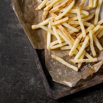 Gebratene hähnchenschenkel mit pommes frites