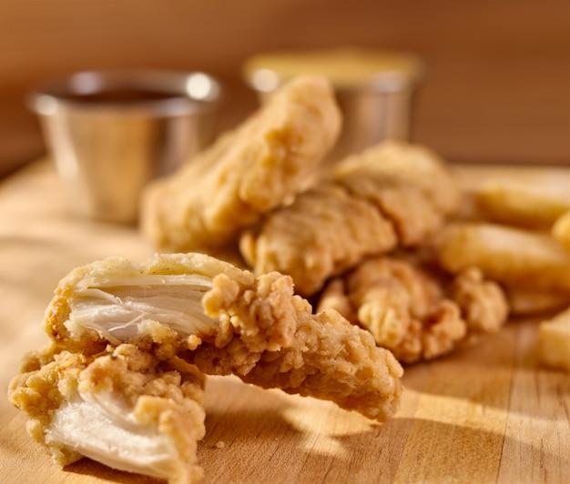 Gebratene hähnchenstreifen mit pommes frites und sauce