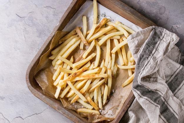 Gebratene hühnerbeine mit pommes frites