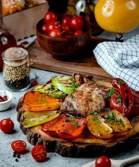 Gebratene hühnerbrust mit gemüse