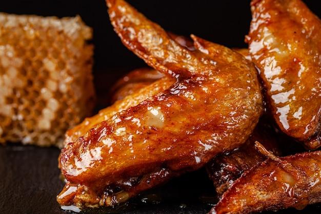 Gebratene hühnerflügel glasiert in honigsauce