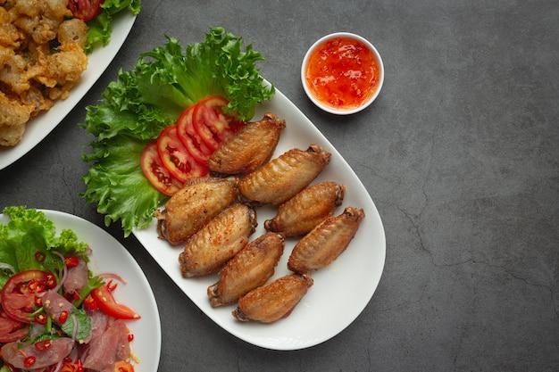 Gebratene hühnerflügel in fischsauce
