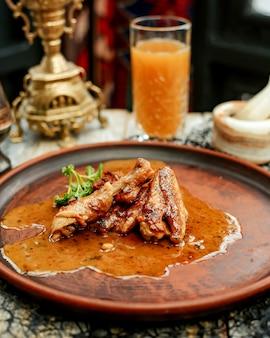 Gebratene hühnerflügel in sauce