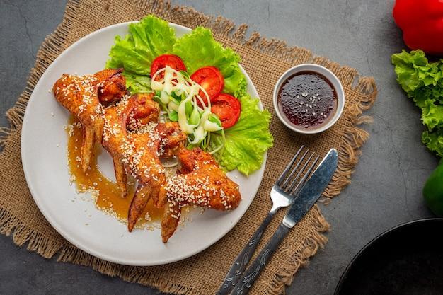 Gebratene hühnerflügel mit fischsauce und süßer fischsauce.
