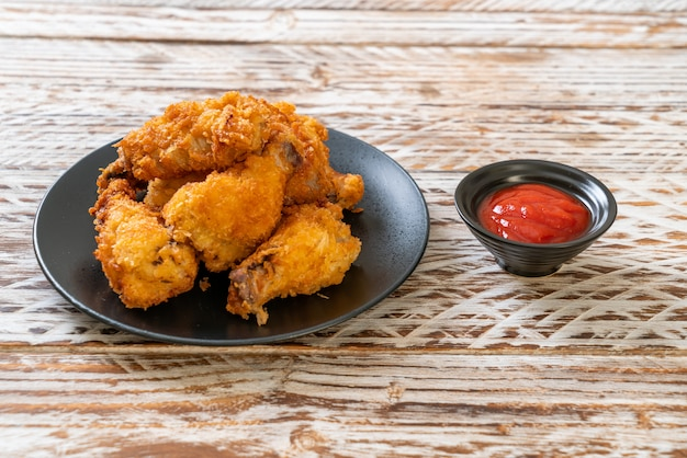Gebratene hühnerflügel mit ketchup