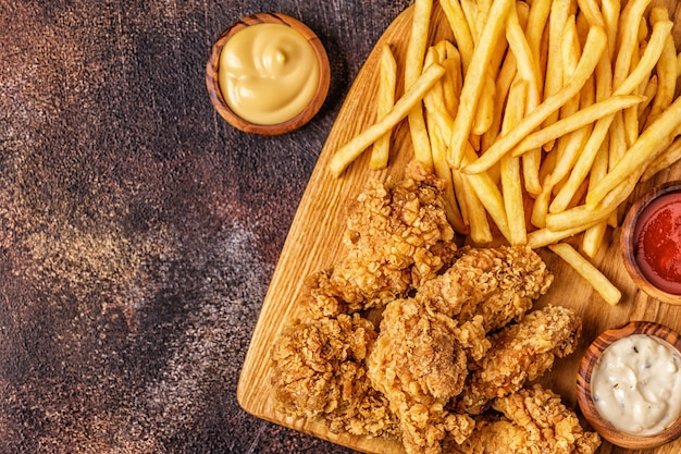 Gebratene hühnerflügel mit pommes frites