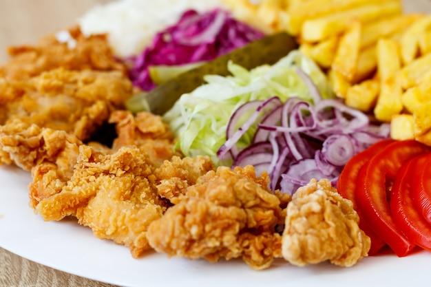 Gebratene hühnerflügel und gemüse