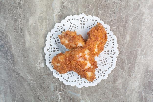 Gebratene hühnernuggets auf marmorhintergrund