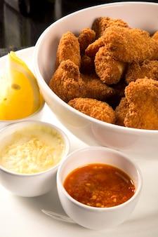 Gebratene hühnernuggets und zitronen-paprika-sauce