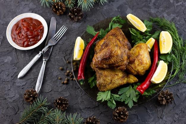 Gebratene hühnerschenkel für den feiertagstisch. gekochte hähnchenschenkel für neujahrsfeiertage, hausgemachtes essen
