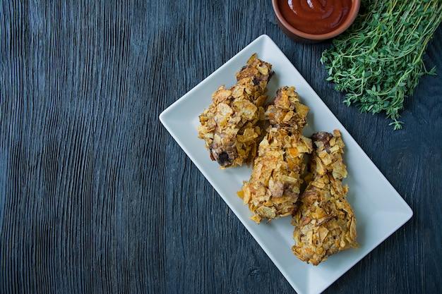 Gebratene hühnertrommelstöcke auf einer platte.