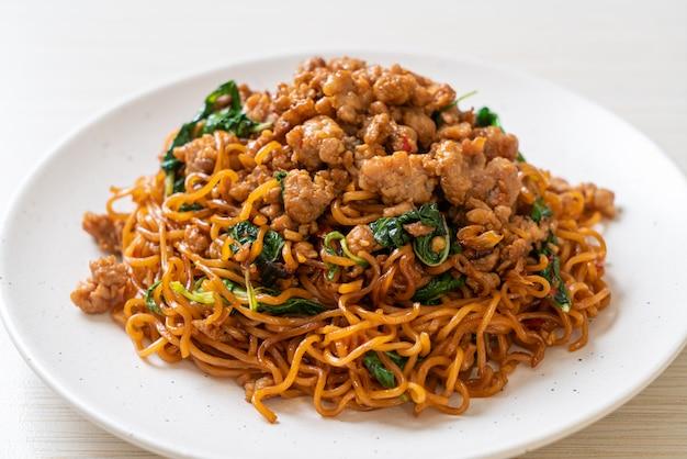 Gebratene instantnudeln mit thai-basilikum und gehacktem schweinefleisch - asiatische küche
