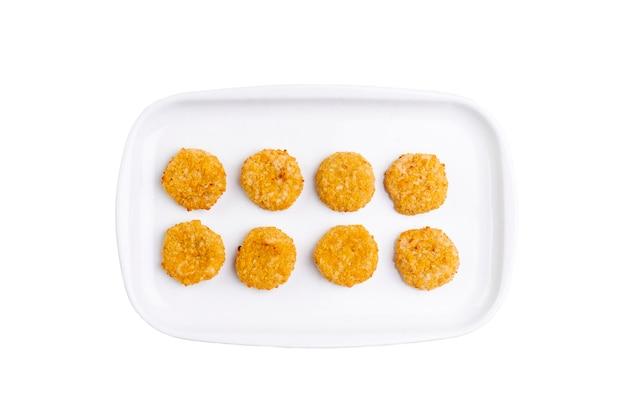 Gebratene käse-nuggets auf weißer platte isoliert