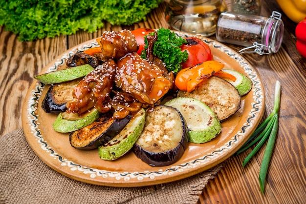 Gebratene kaninchenkeulen, garniert mit kartoffeln und brokkoli