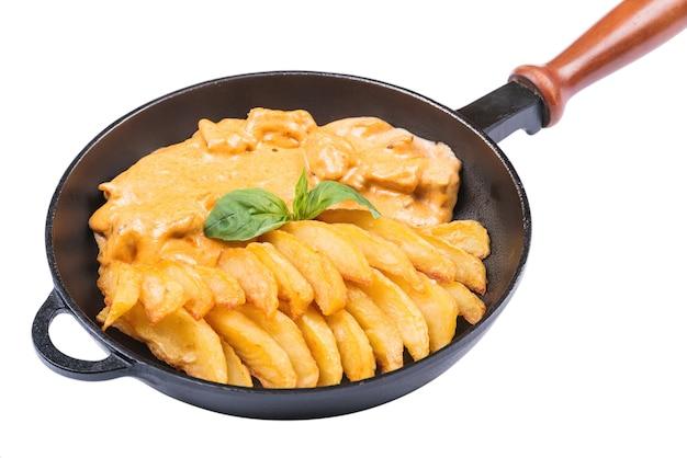 Gebratene kartoffel und eintopf fleisch in einer pfanne, isoliert auf weiß. lebensmittelhintergrund. t.