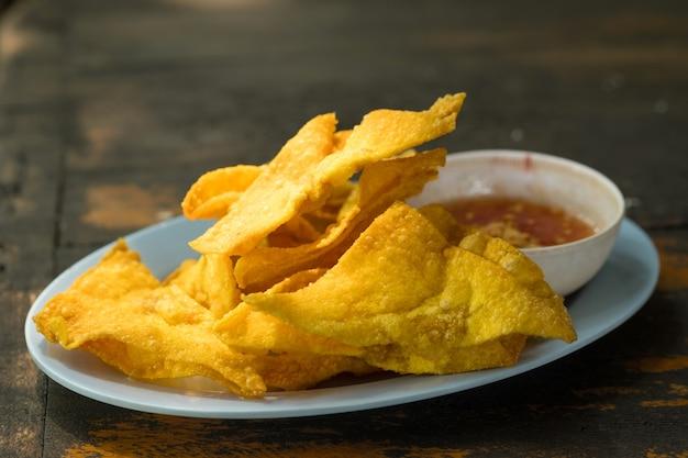 Gebratene knödel: chinesisches essen, asiatisches essen. frittierter wonton