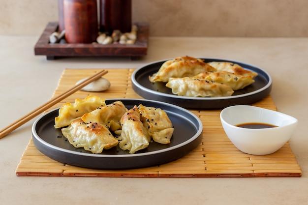 Gebratene knödel mit sojasauce. gyoza. gesundes essen. vegetarisches essen.