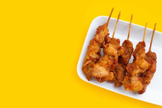Gebratene knusprige hähnchenspieße, streetfood nach thailändischer art