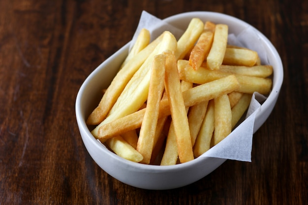 Gebratene knusprige süßkartoffel, leckere pommes frites