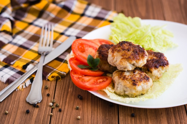 Gebratene koteletts und gemüse auf einer platte