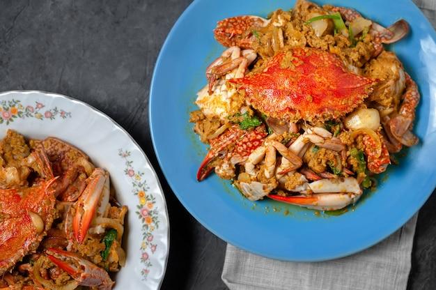 Gebratene krabbe mit curry-pulver, thailändisches lebensmittel