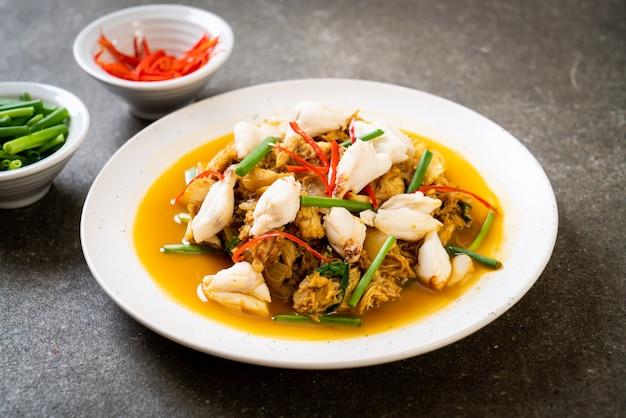 Gebratene krabbe mit currypulver