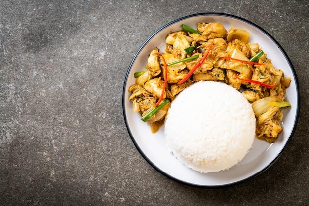 Gebratene krabben in currypulver mit reis