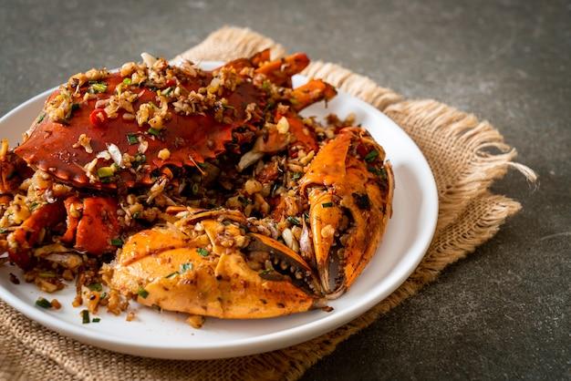 Gebratene krabben mit scharfem salz und pfeffer - meeresfrüchte-art