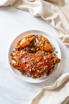Gebratene krabben mit würzigem salz und pfeffer nach art von meeresfrüchten umrühren