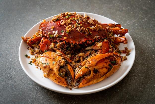 Gebratene krabben mit würzigem salz und pfeffer umrühren. meeresfrüchte-stil