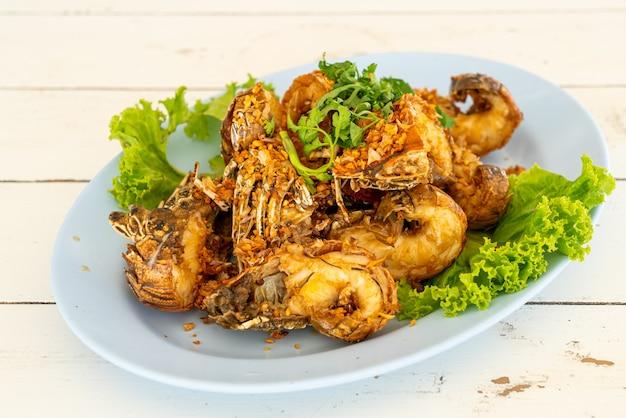 Gebratene krebse oder mantis-garnelen mit knoblauch - meeresfrüchte-stil