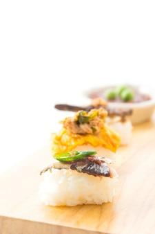 Gebratene makrele mit garnelenpaste sauce sushi