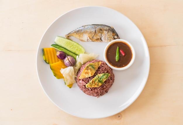 Gebratene makrele mit garnelenpaste sauce und beerenreis