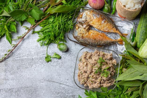 Gebratene makrelen-chilipaste und gemüseset, thailändisches essen.
