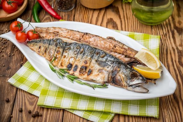 Gebratene makrelenfische auf grillnahaufnahme