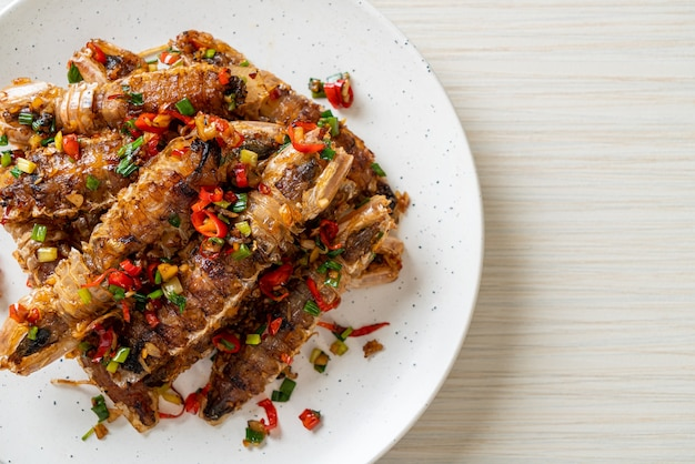 Gebratene mantis-garnelen oder krebse mit chili und salz - nach meeresfrüchten