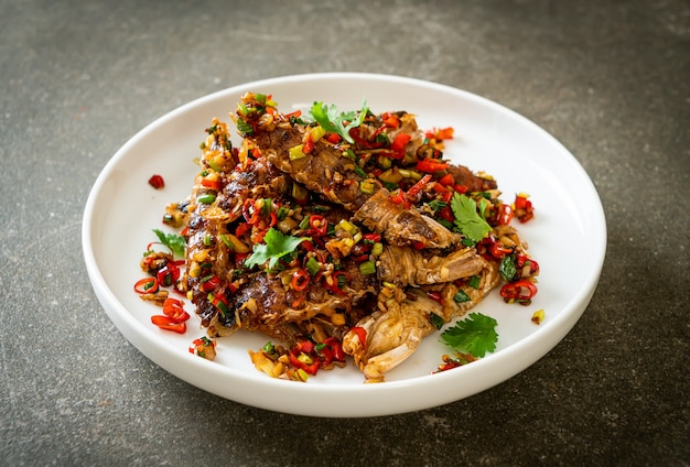 Gebratene mantis shrimps oder krebse mit chili und salz. meeresfrüchte-stil