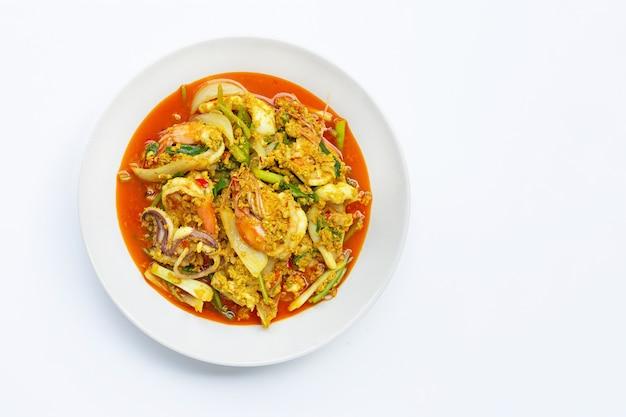 Gebratene meeresfrüchte mit currypulver auf weiß