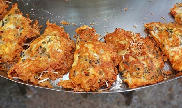 Gebratene miesmuschelpuffer in der heißen platte, thailändische nahrungsmittel