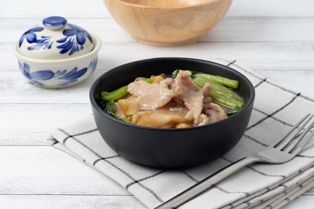 Gebratene nudel mit schweinefleisch und chinesischem brokkoli