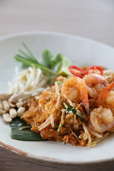 Gebratene nudel mit thailändischem essen padthai mit garnelen